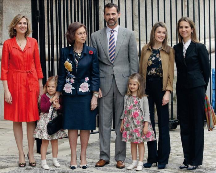 Королева София с детьми и внуками.