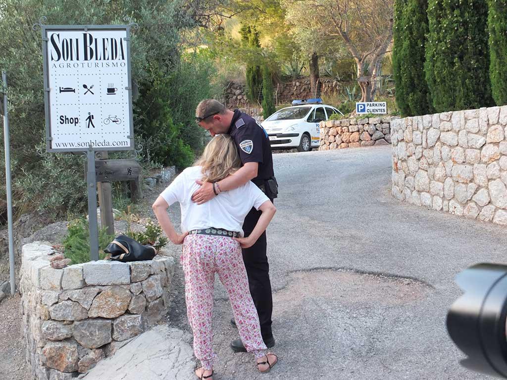 policía abraza a una mujer