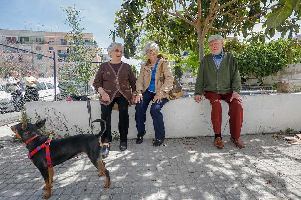 Tres jubilados descansan en lo que fueron las pistas de petanca