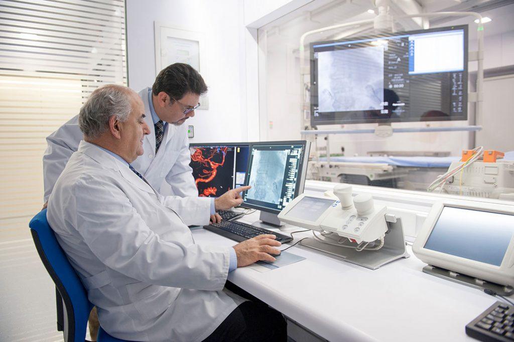 Los doctores Josep Brugada y Nelson Alvarenga, especialistas en electrofisiología en la sala de Hemodinámica de la Clínica Rotger
